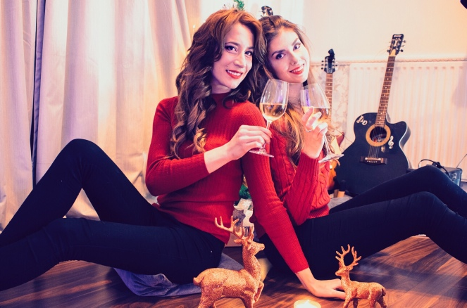 christmas eve home tree wine friends girls RÖD Wine red sweater guitar